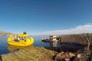 Așezare a localnicilor din Peru, pe Lacul Titicaca