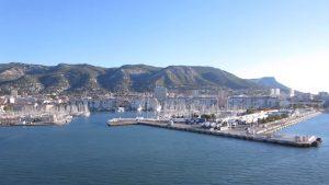Vedere de pe vasul de croazieră ajuns într-un port francez